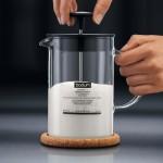 BODUM Latteo Milchaufschäumer beim Pumpen